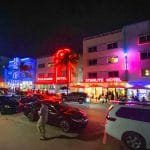 Art Deco gebouwen met neonverlichting langs Ocean Drive